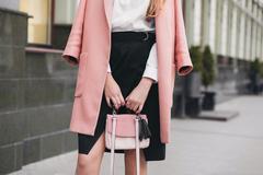 Frau mit rosa Tasche